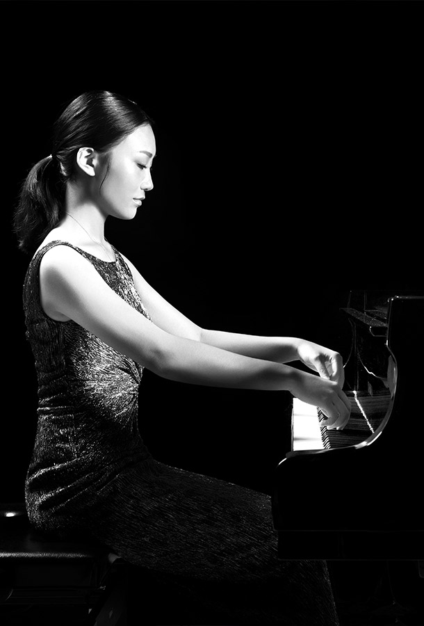 Black and white of Yi-Nuo Wang posing at piano ready to play.